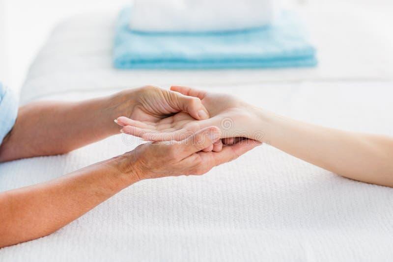Imagem colhida da mulher que recebe a massagem da mão fotografia de stock royalty free