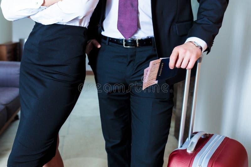 imagem colhida do homem de negócios e da mulher de negócios com passaportes e bilhetes foto de stock royalty free