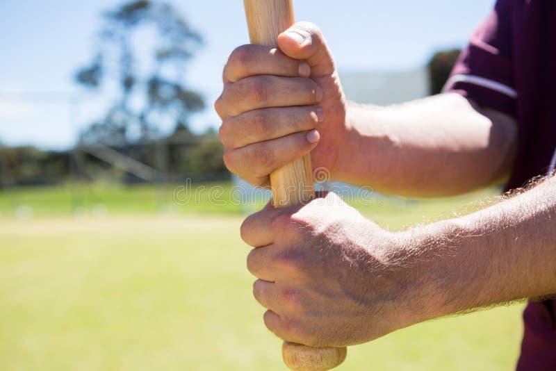 Imagem colhida do jogador que guarda o bastão de beisebol foto de stock