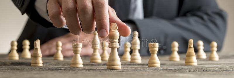 Imagem colhida larga de um homem de negócios que joga a xadrez fotos de stock