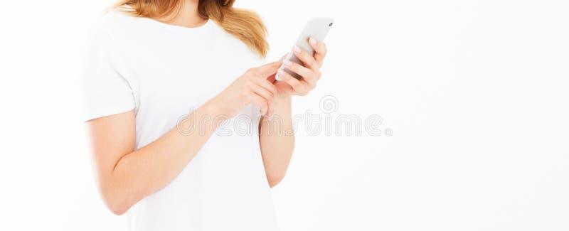 Imagem colhida - menina que usa o dispositivo isolado no espaço branco da cópia do fundo imagens de stock
