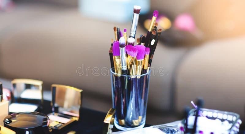 A imagem com compõe escovas do esteticista profissional O grupo nupcial de produtos cosméticos encontra-se na tabela foto de stock