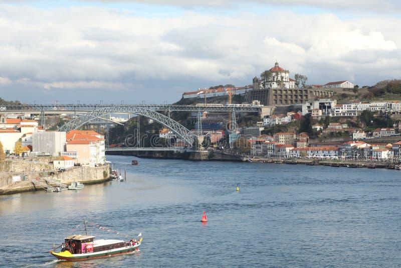 Imagem com um barco no rio Douro A imagens de stock royalty free
