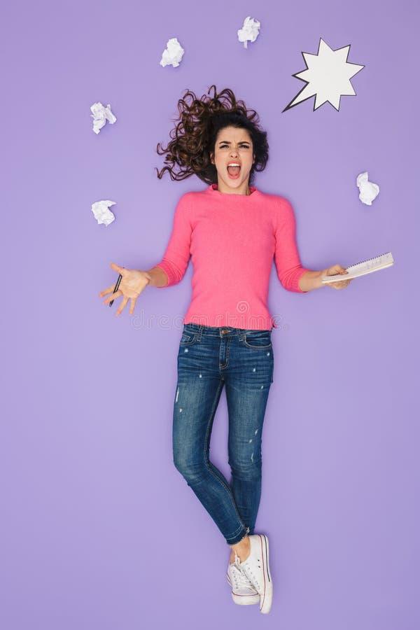 Imagem completa do comprimento da mulher entusiasmado que guarda as notas de papel ao levantar sobre a bolha da ideia ou do pensa imagens de stock