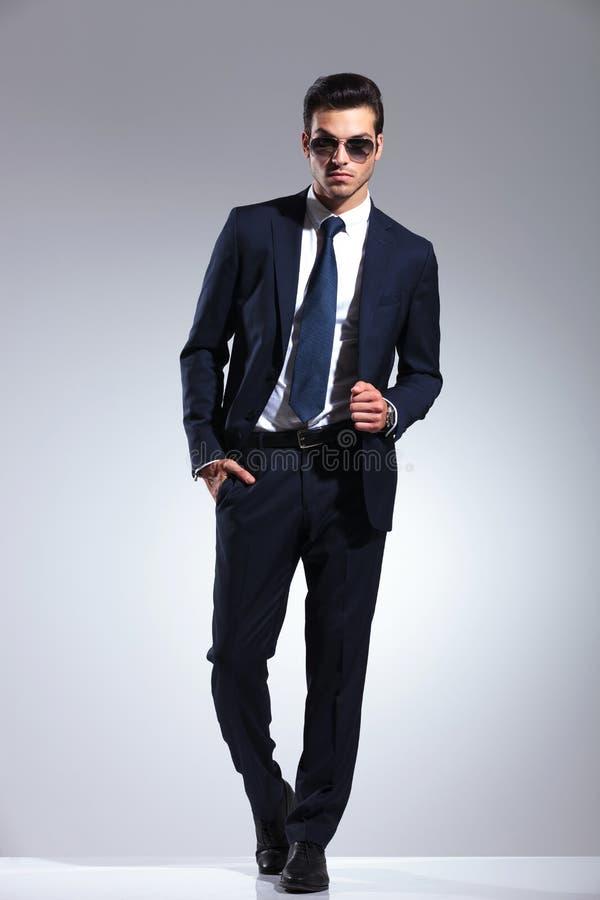 Imagem completa do comprimento de um homem de negócio elegante foto de stock