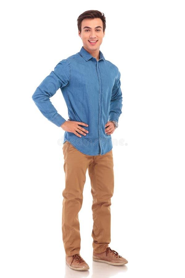 Imagem completa do corpo de um homem com mãos na cintura imagem de stock