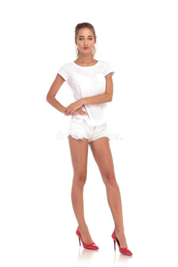 Imagem completa do corpo de uma jovem mulher em calças curtos foto de stock royalty free