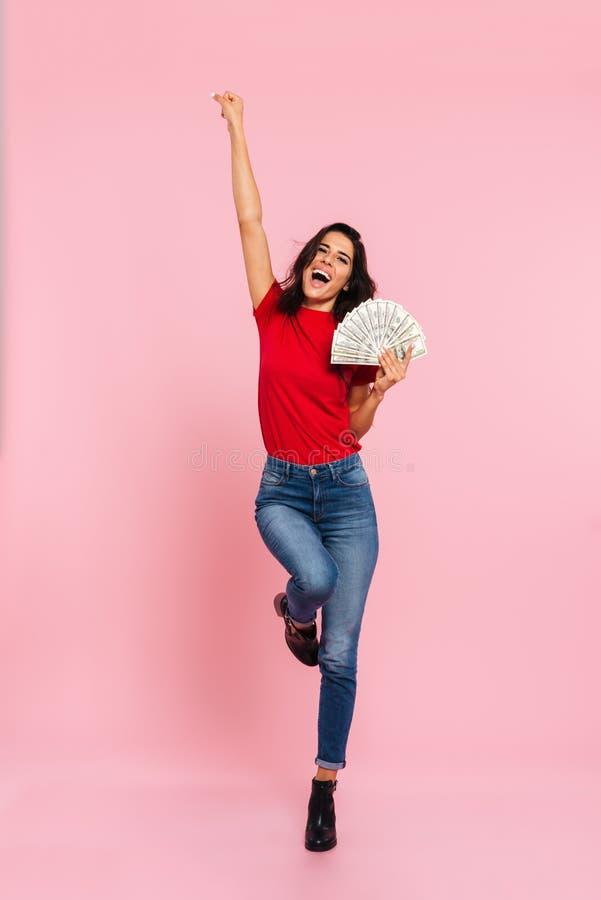 A imagem completo da mulher moreno feliz exulta e guardando o dinheiro fotos de stock