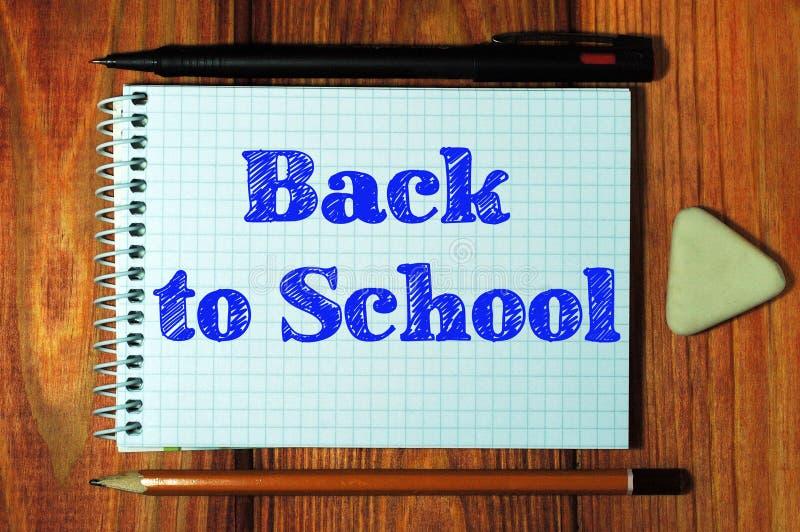 Imagem composta da imagem digital de volta ao texto de escola imagens de stock