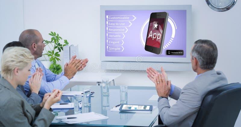 Imagem composta da equipe do negócio que aplaude e que olha a tela branca imagem de stock