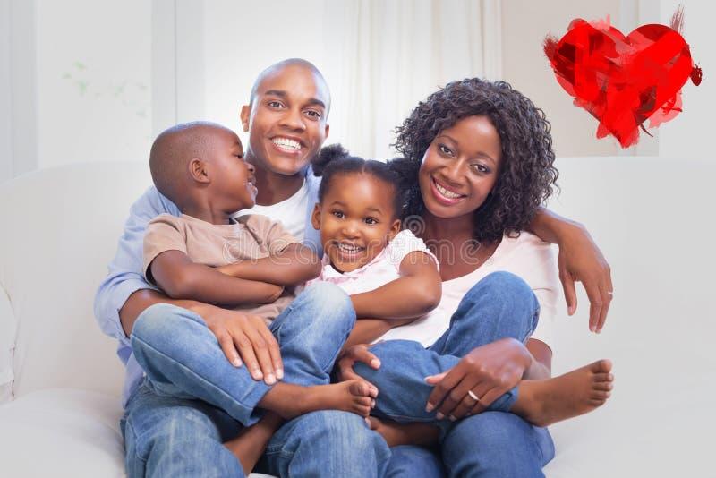 Imagem composta da família feliz que levanta no sofá junto imagens de stock