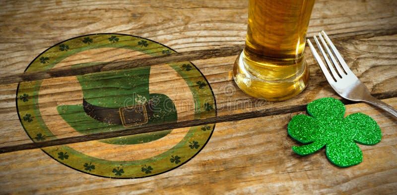 Imagem composta da imagem composta do dia de St Patrick com símbolo verde do chapéu imagem de stock