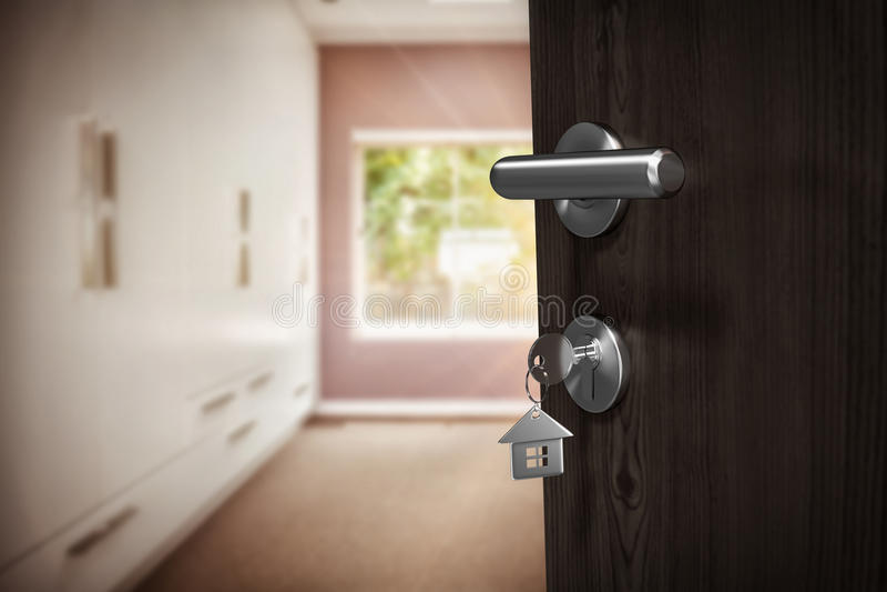 Imagem composta da imagem digitalmente gerada da porta marrom com chave da casa fotos de stock