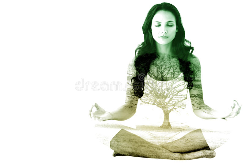Imagem composta da ioga fazendo moreno bonita foto de stock