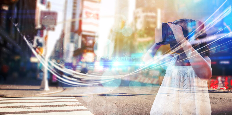 Imagem composta da menina que veste o simulador da realidade virtual fotografia de stock royalty free