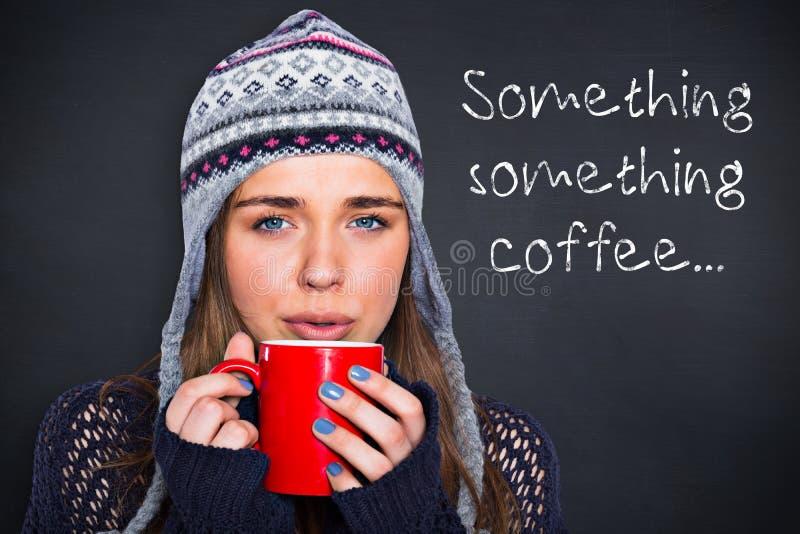 Imagem composta da mulher bonita no café bebendo da roupa morna imagem de stock royalty free