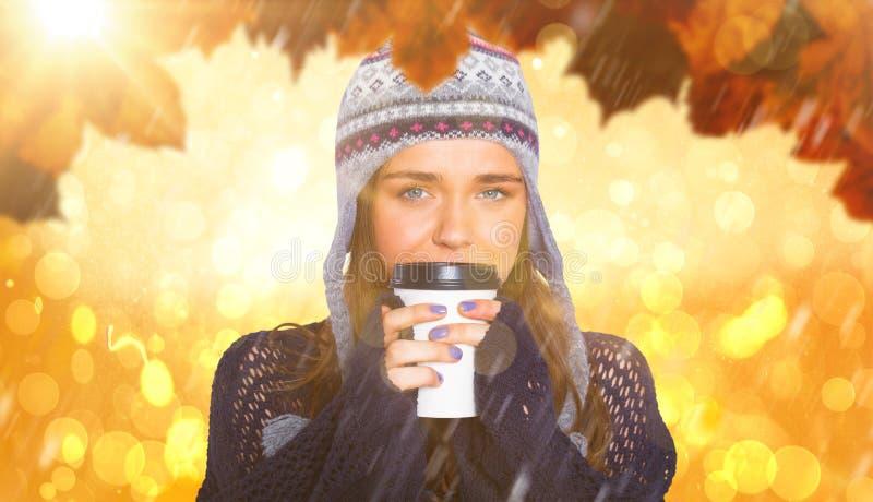 Imagem composta da mulher bonita no café bebendo da roupa morna fotografia de stock royalty free