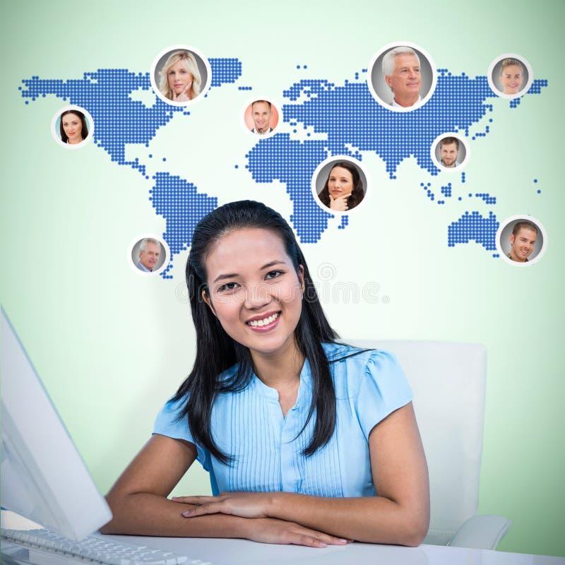 Imagem composta da mulher de negócios de sorriso com os braços cruzados foto de stock