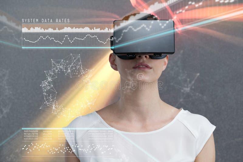 Imagem composta da mulher séria que usa o simulador da realidade virtual fotografia de stock royalty free