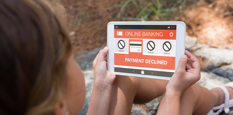 A imagem composta da operação bancária em linha e do pagamento diminuiu o texto na tela do telefone fotografia de stock royalty free