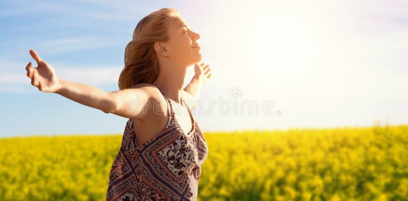 Imagem composta da opinião lateral uma mulher que aumenta os braços acima foto de stock
