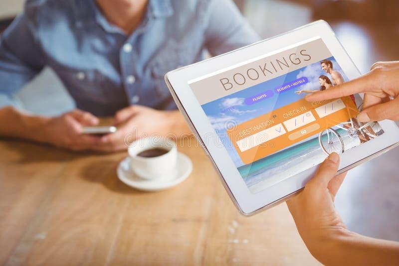 Imagem composta da pessoa que usa o tablet pc no café foto de stock royalty free