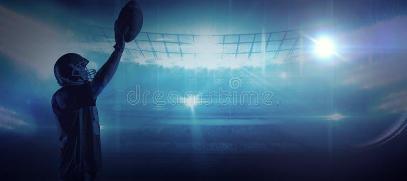 Imagem composta da posição do jogador de futebol americano com capacete e bola de rugby imagens de stock royalty free