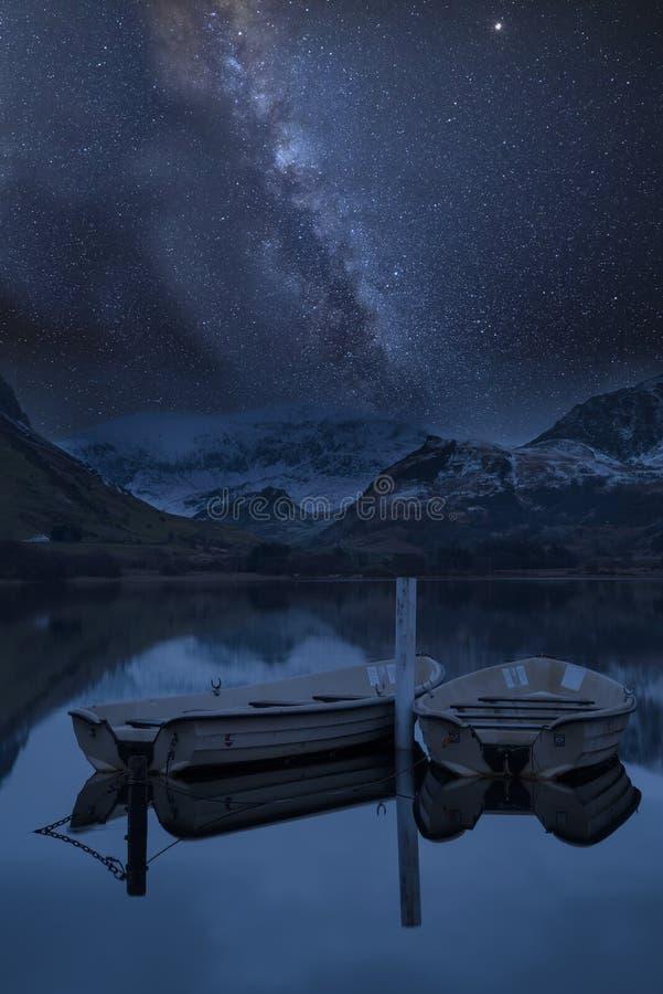 Imagem composta da Via Látea vibrante sobre a paisagem de Llyn Nantlle fotografia de stock royalty free