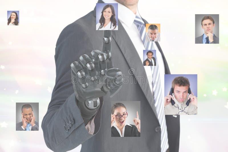 Imagem composta de Digitas do homem de negócios com a mão robótico que seleciona candidatos imagens de stock