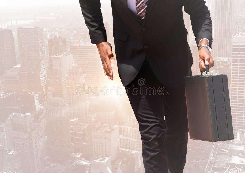 Imagem composta de Digitas do homem de negócios que anda com uma mala de viagem foto de stock royalty free