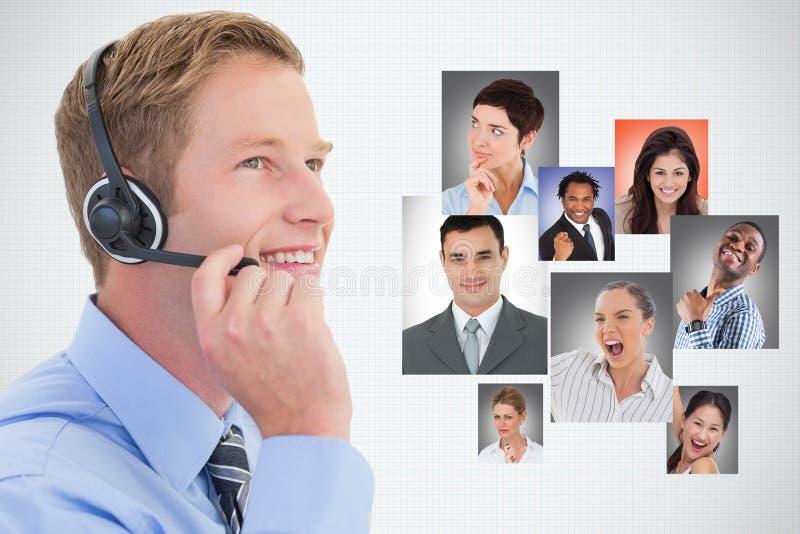 Imagem composta de Digitas do homem de negócios que usa fones de ouvido por candidatos contra o fundo branco imagens de stock royalty free