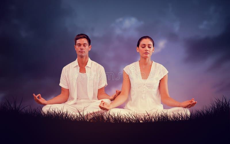 Imagem composta de pares atrativos em meditar branco na pose dos lótus imagens de stock