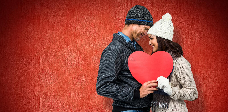 A imagem composta de pares festivos no inverno veste-se imagens de stock royalty free