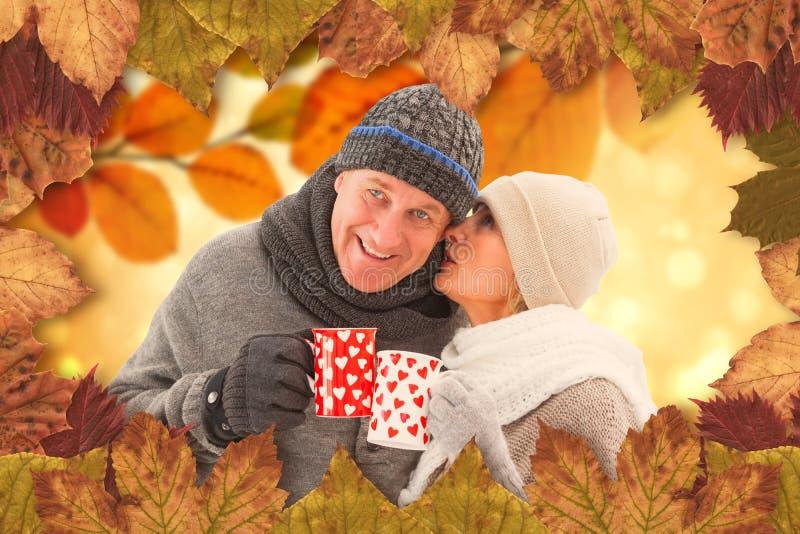 A imagem composta de pares maduros felizes no inverno veste guardar canecas imagem de stock royalty free