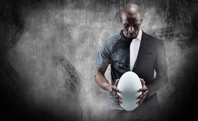 Imagem composta do atleta pensativo que olha a bola de rugby imagens de stock
