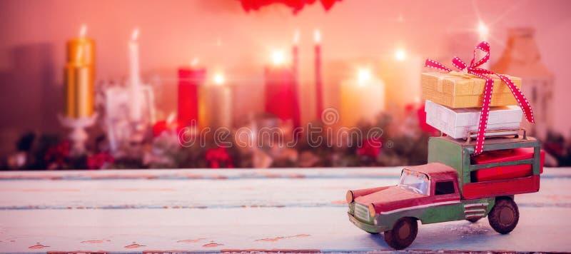 Imagem composta do brinquedo do carro na superfície de madeira fotos de stock