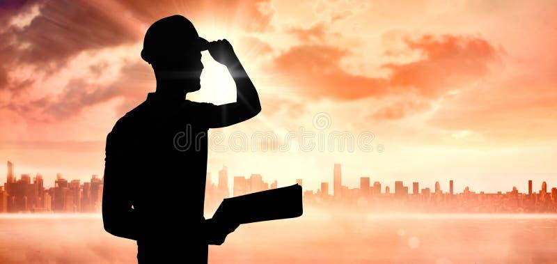 Imagem composta do capacete de segurança vestindo do trabalhador manual ao guardar a prancheta fotografia de stock