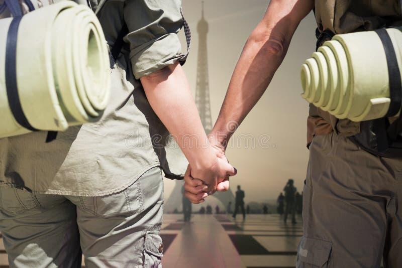 Imagem composta do engate que caminha os pares que estão guardando as mãos na estrada foto de stock