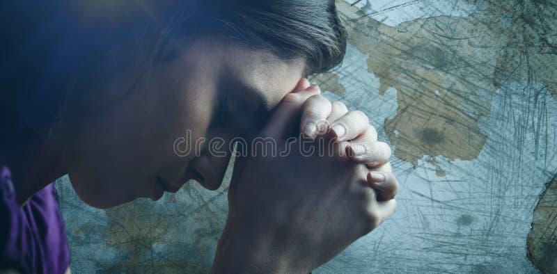 Imagem composta do fim acima da mulher que reza com mãos junto imagens de stock