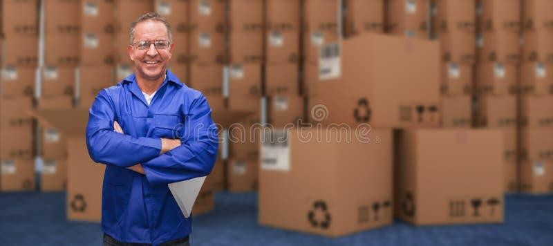Imagem composta do gerente de sorriso do armazém que está com os braços cruzados imagem de stock