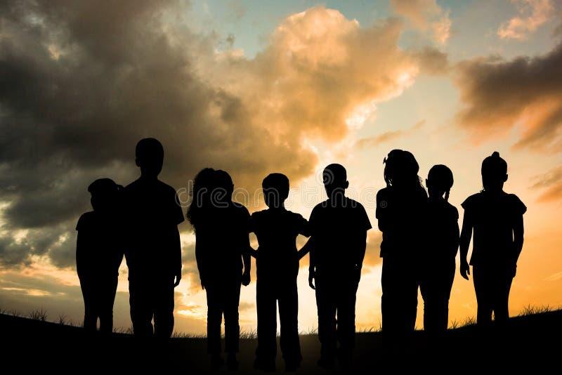 Imagem composta do grupo de crianças que estão exterior ilustração stock