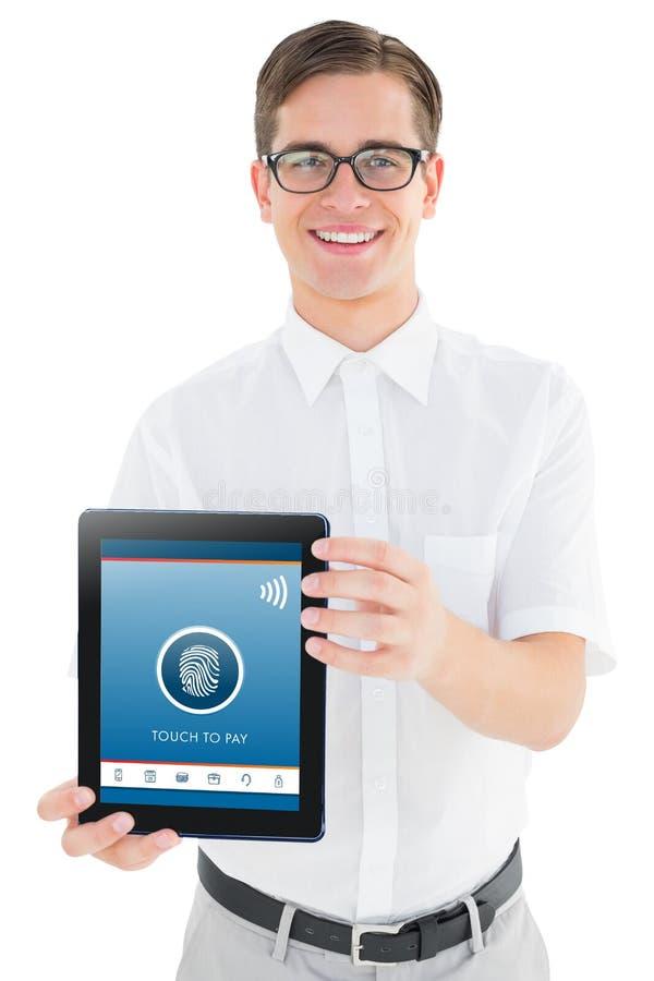 Imagem composta do homem de negócios geeky que mostra seu PC da tabuleta foto de stock