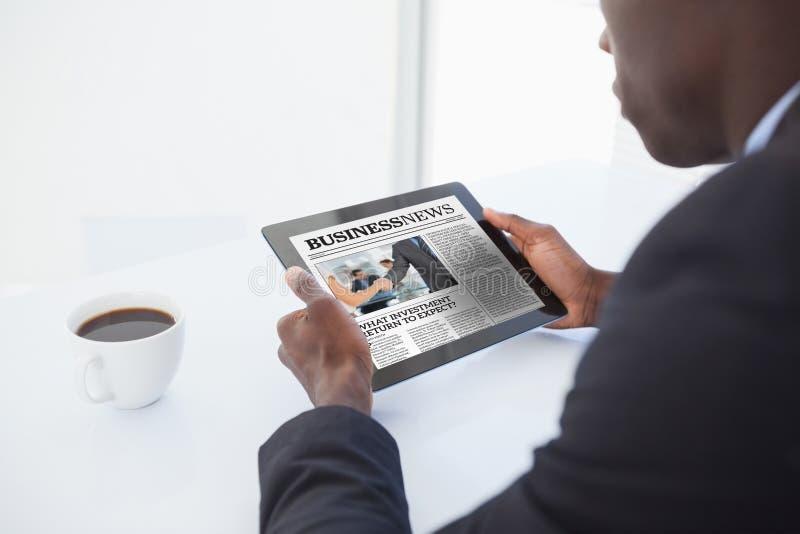 Imagem composta do homem de negócios que usa a tabuleta digital fotografia de stock