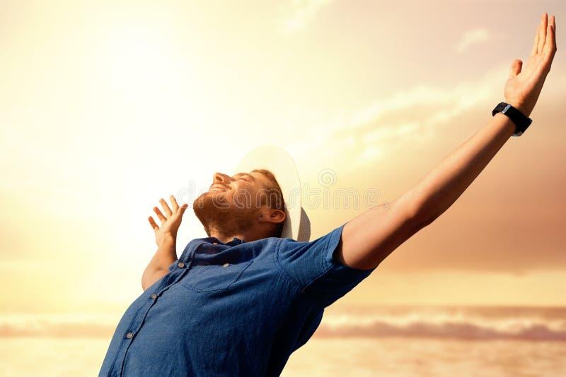 Imagem composta do homem feliz que aumenta seus braços acima fotos de stock