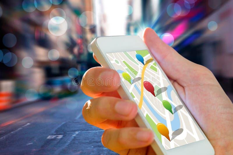 Imagem composta do homem que usa o mapa app no telefone ilustração royalty free