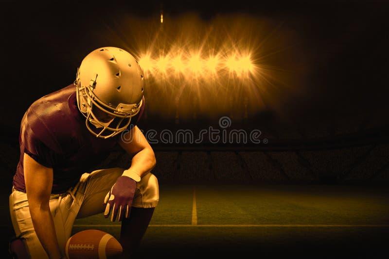 Imagem composta do jogador de futebol americano que ajoelha-se ao guardar a bola fotos de stock royalty free