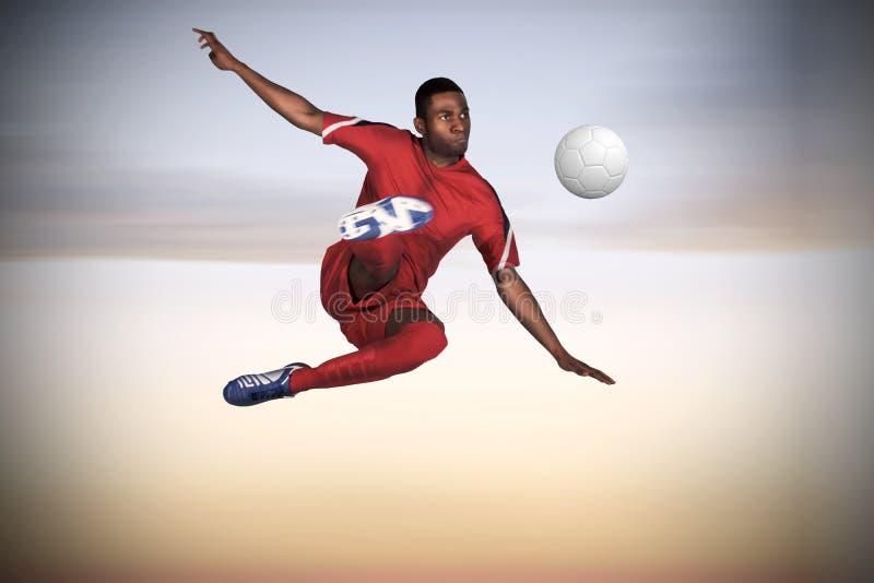 Imagem composta do jogador de futebol no retrocesso vermelho imagens de stock