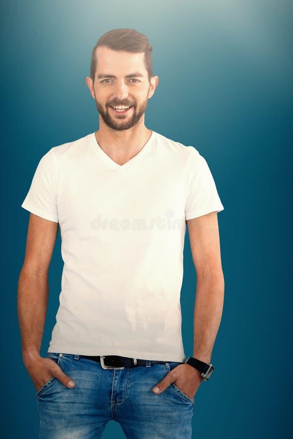 Imagem composta do modelo de forma de sorriso com mãos em uns bolsos contra o fundo branco fotos de stock