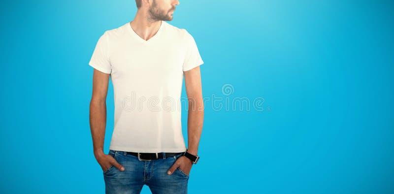 Imagem composta do modelo masculino com mãos em uns bolsos que olham afastado imagens de stock