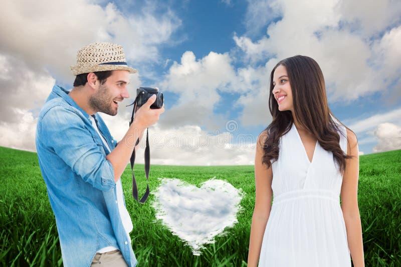 Imagem composta do moderno considerável que toma uma foto da amiga bonita fotografia de stock royalty free